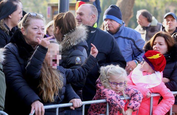 Aan het begin van de zondagmiddag hebben de goedheiligman en pieten voet aan wal gezet. Zowel demonstranten voor als tegen Zwarte Piet lieten luidkeels van zich horen. Enkele kinderen stonden te stuiteren van de adrenaline.