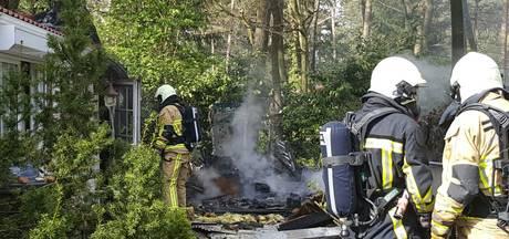 Flinke schade na schuur- en caravanbrand op camping in Buurse