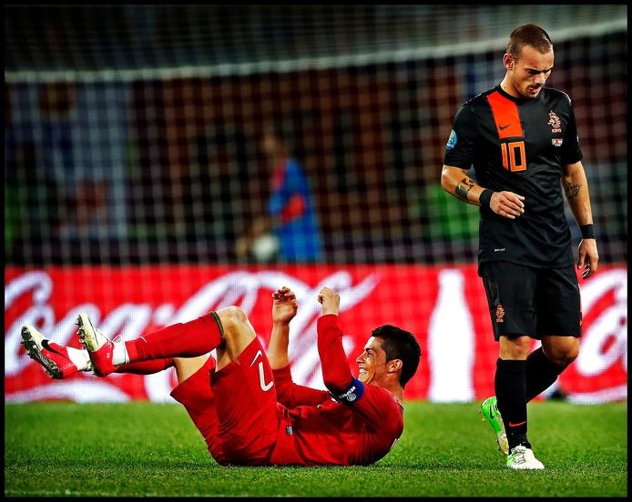 Cristiano Ronaldo maakt een koprol van vreugde na het laatste fluitsignaal. Wesley Sneijder baalt.