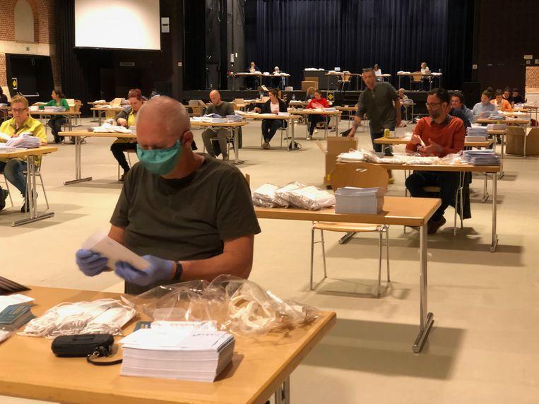 Medewerkers maken de mondmaskers klaar voor verzending.