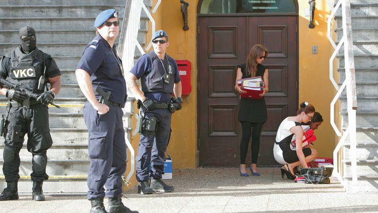 Olga Saleh-Kostrzewski (R), de advocaat van verdachte Elvis Kuwas, moet haar tas laten controleren bij de rechtbank Beeld ANP