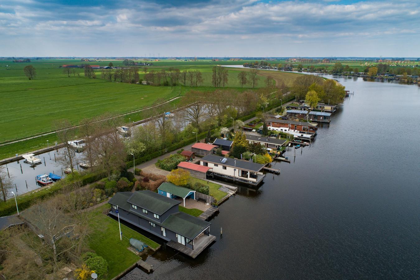 De 14 woonarken in het Ganzendiep bij Kampen.