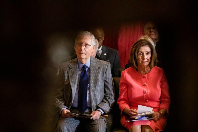 Meerderheidsleider van de Senaat Mitch McConnell (links) en Speaker of the House Nancy Pelosi (rechts).