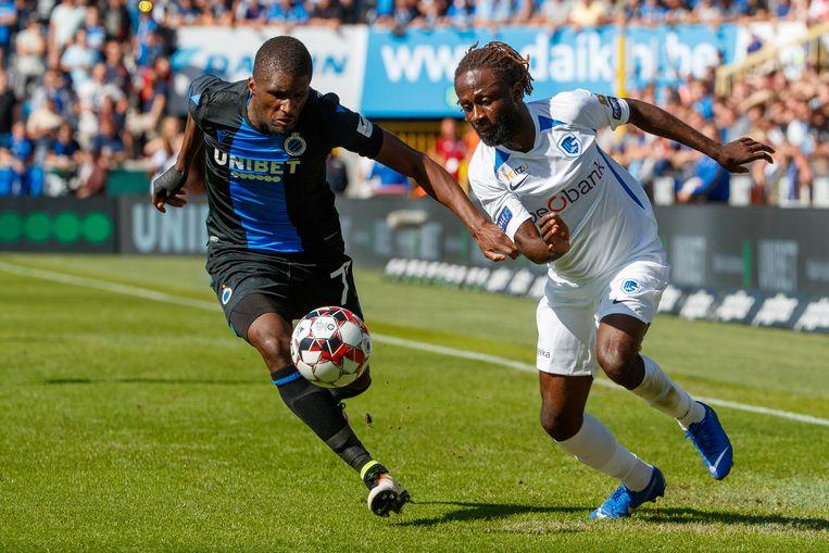 Ndongala in duel met Clinton Mata tijdens Club - Genk.