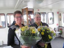 Gouden insignes uitgereikt aan twee vrijwilligers tijdens Zonnebloemboottocht in Kerkdriel