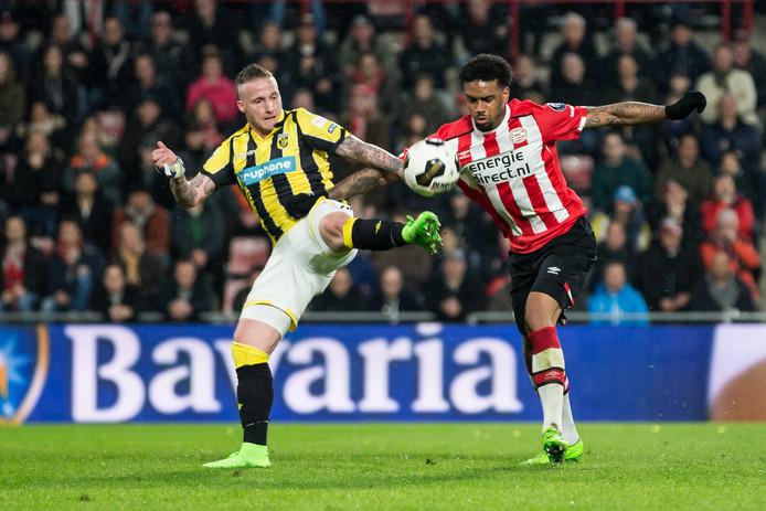 Ook tegen PSV was Alexander Büttner weer invaller bij Vitesse. Hier duelleert hij met Jürgen Locadia.