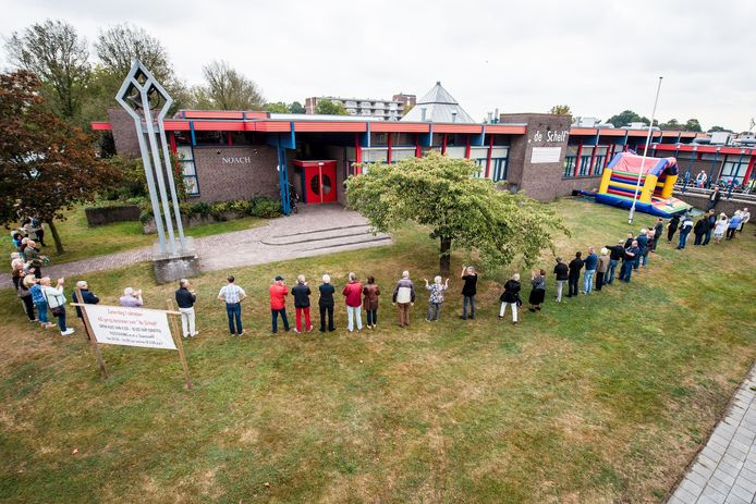 Uit protest tegen rigoureuze maatregelen omarmden driehonderd bezoekers en gebruikers enige jaren geleden wijkcentrum de Schelf.