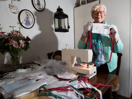 Miny (80) uit Deventer komt zelf niet buiten, maar naait wel honderden mondkapjes voor verzorgingstehuizen