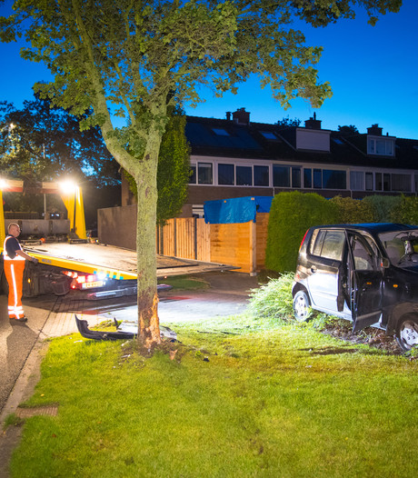 Auto knalt op boom in Zwolle, bestuurder gewond