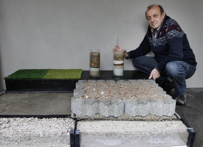 Henk Pannekoek bij zijn prijswinnende berm. foto Cees Baars