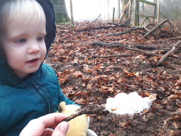 Teije (2) vindt samen met zijn vader Simen Brunia ijshaar in het bos van Ede.