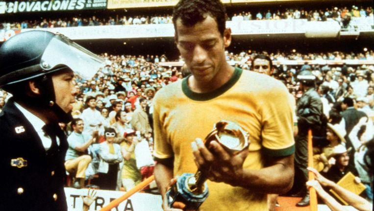 Carlos Alberto na het winnen van de wereldtitel in 1970. Italië werd in de finale met 4-1 verslagen. Beeld AP