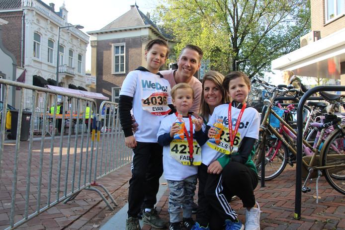 In het midden de jongste deelnemer van de Krollenloop, Fabe Smits van 3 jaar. Links broer Evan van 8 jaar en rechts broer Mels van bijna 5 jaar.