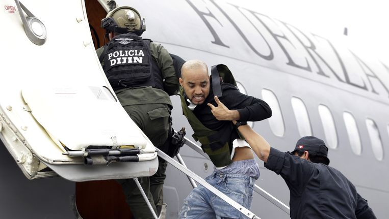 Een drugskoerier die in Colombia werd opgepakt, wordt op een Peruaans regeringsvliegtuig gezet.