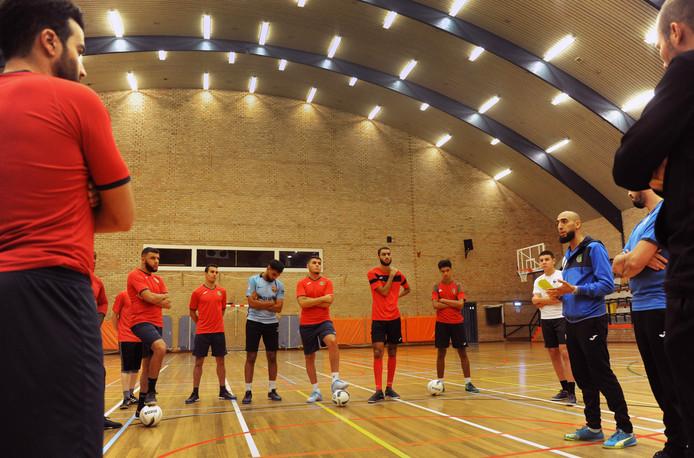 Trainer Youssef el Badey (rechts) spreekt de spelers van Groene Ster Vlissingen toe.