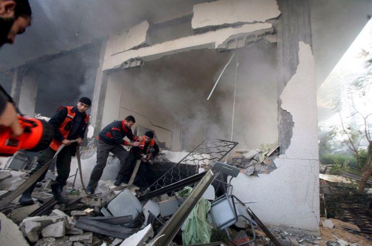 Palestijnse brandweerlieden inspecteren een gebouw van Hamas dat in as is gelegd. Foto EPA/Mohammed Saber Beeld