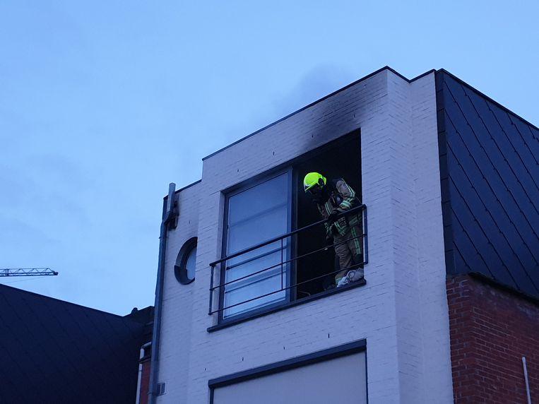 De flat liep zware schade op.