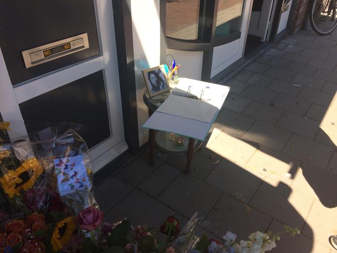 Het condoleanceregister voor de deur van Laura's studentenhuis aan de Bosboomstraat in Utrecht.
