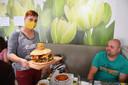 Uitbaatster Carla Adam met de 'challegeburger' in Bocadio Ninove tijdens de hamburger-challenge.
