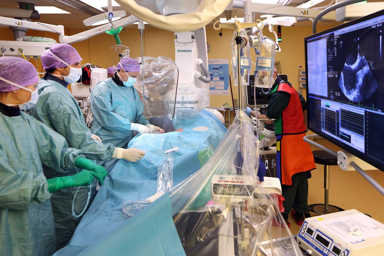 Artsen aan het werk in de operatiekamer van het Amphia Ziekenhuis in Breda.