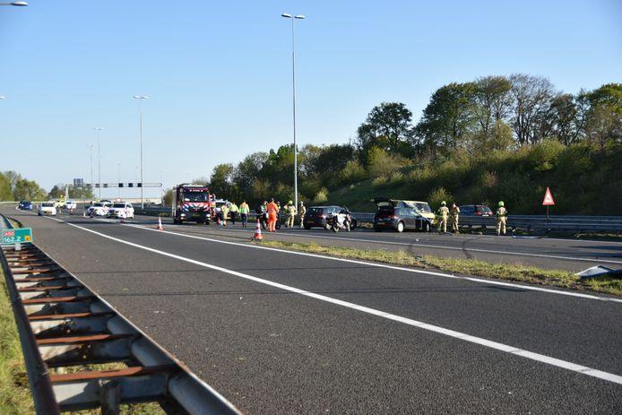 De A50 is afgesloten omdat daar minstens twee voertuigen hard met elkaar in aanrijding zijn gekomen.