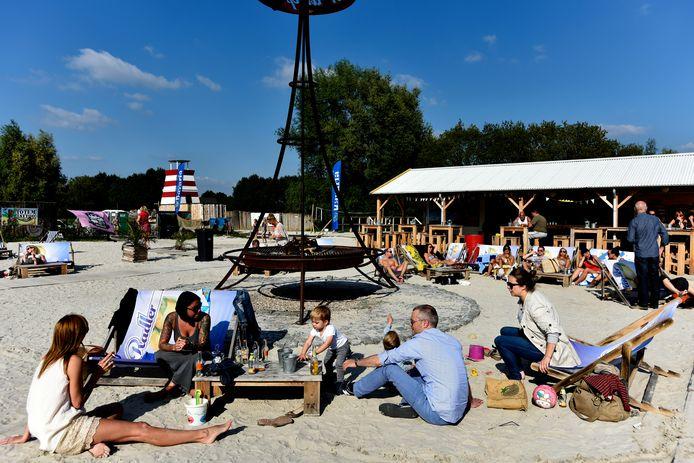 Het Stadsstrand in Tilburg tijdens een zomerse dag.