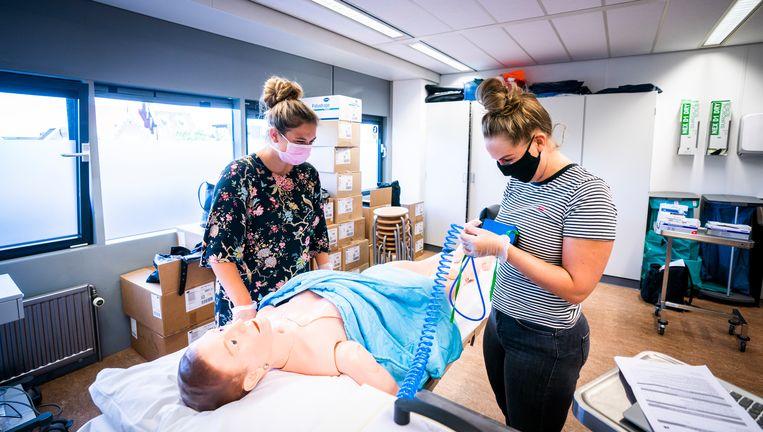 Studenten verpleegkunde en medische hulpverlening tijdens een praktijkles op de Hogeschool Rotterdam. Beeld ANP