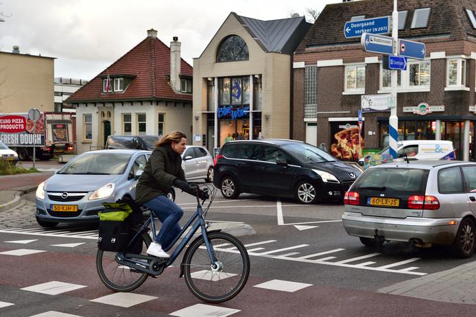 Fietsers hebben tegenwoordig voorrang op de rotonde Kerkweg-Oost/Kanaalstraat. De rotonde voldoet overigens niet aan de landelijke richtlijnen.