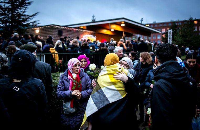 Nabestaanden, buurtbewoners en andere betrokkenen tijdens een herdenkingsbijeenkomst bij het buurthuis op Wittenburg waar Mohamed Bouchiki werd doodgeschoten. Beeld ANP