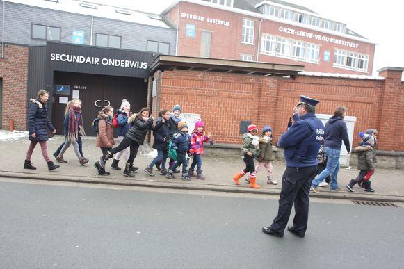De politie hield tijdens de terugkeer van de kinderen naar de Onze-Lieve-Vrouwsite nog een oogje in het zeil.