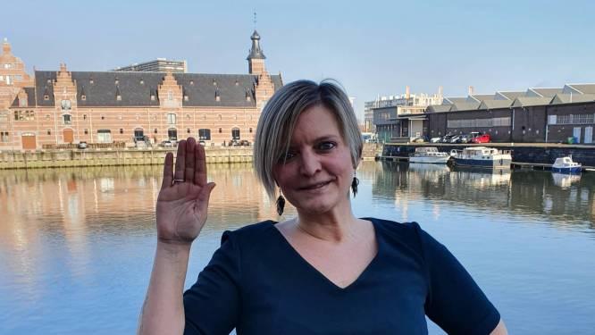 """'Mechelenzot' Shanna Jacops legt eed af als gemeenteraadslid: """"Jammer dat het van op boot moet"""""""