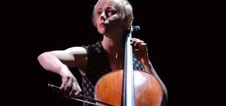 Behandeling met muziek van Bach. Celliste Jacqueline Hamelink begint praktijk aan Rozenstraat in Tilburg
