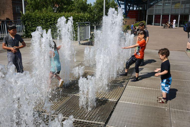 Spelende kinderen enkele jaren geleden in de fontein toen die nog werkte.
