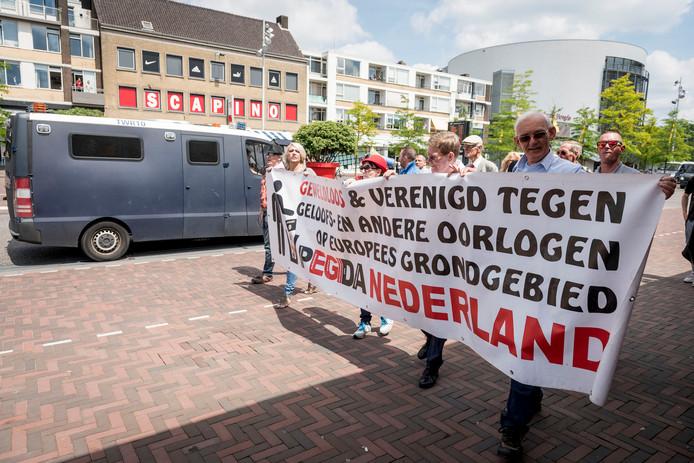 HENGELO - Pegida houdt een protest op het stationsplein in Hengelo omdat ze Enschede uitgestuurd werden.