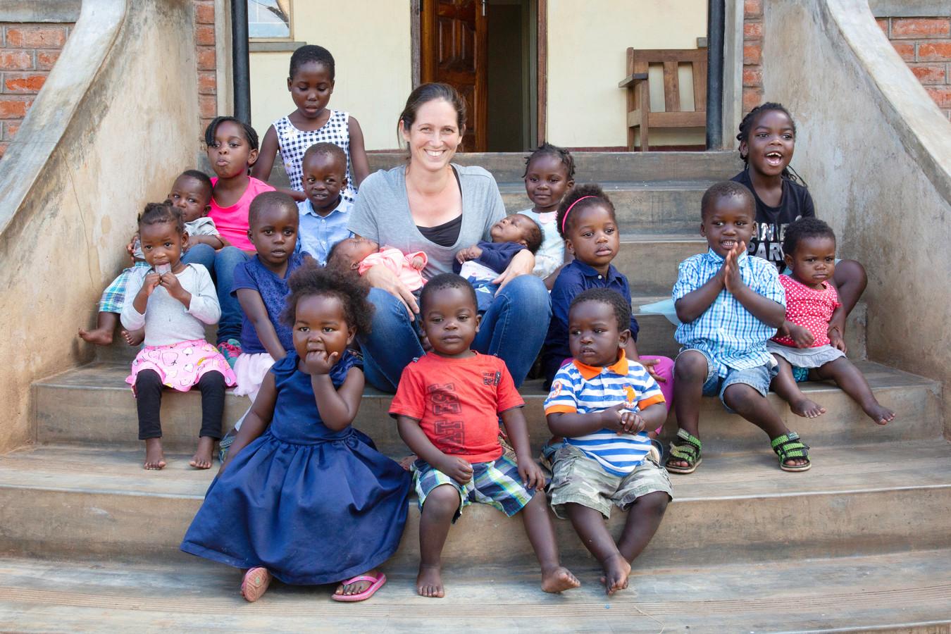 Nicole van Elteren uit Zundert tussen de kinderen van haar eigen kindertehuis in Malawi. Ieder kind heeft een eigen, trieste voorgeschiedenis van ondervoeding, seksueel misbruik of voodoo-praktijken. ,,Terug naar Nederland? Geen denken aan. Wie moet er dan voor deze kinderen zorgen?''