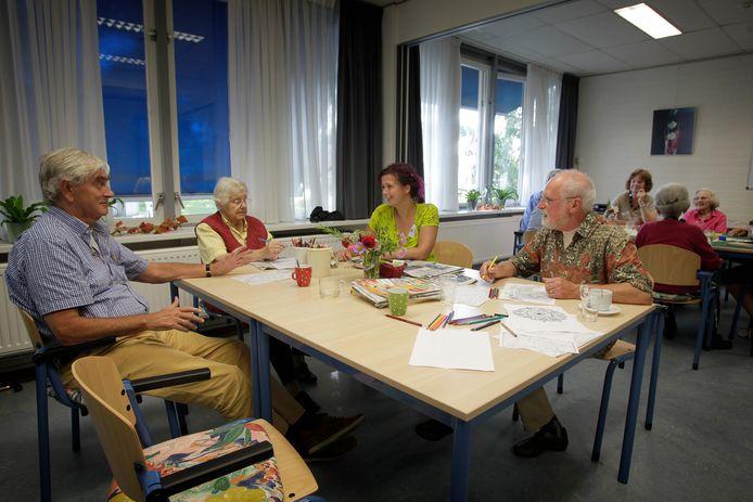 De Prachtdag in gemeenschapshuis De Pracht draait al heel wat jaren - de foto is uit 2014. Voor de coronacrisis vonden daar 24 hulpbehoevende ouderen hun dagbesteding. Nu probeert De Pracht zoveel mogelijk contact te houden met de mensen thuis.