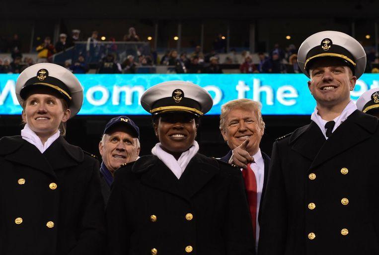 President Donald Trump staat samen met Richard Spencer achter een rij jonge mariniers. Archieffoto.