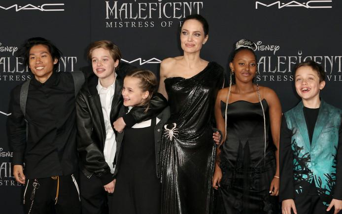 Angelina Jolie met vijf van haar kinderen: Pax, Shiloh, Vivienne, Zahara en Knox.