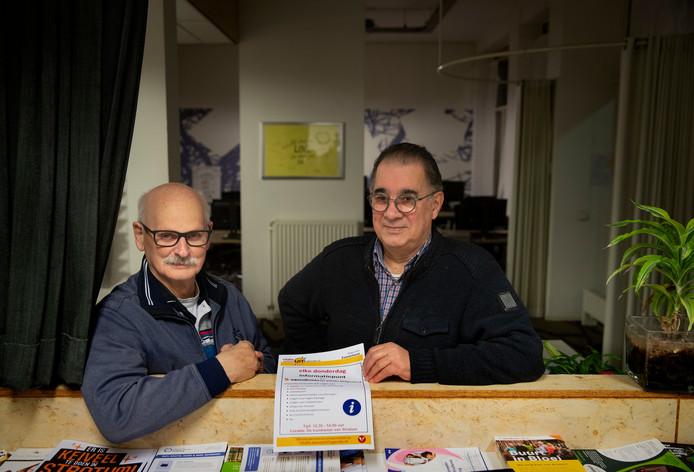 Gijs van Rooij (l) en Henk Lemmens helpen inwoners van Stratum met een financiële APK.