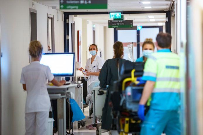 Medewerkers van de spoedeisende hulp van het Bravis ziekenhuis in Bergen op Zoom werken onder hoogspanning vanwege corona
