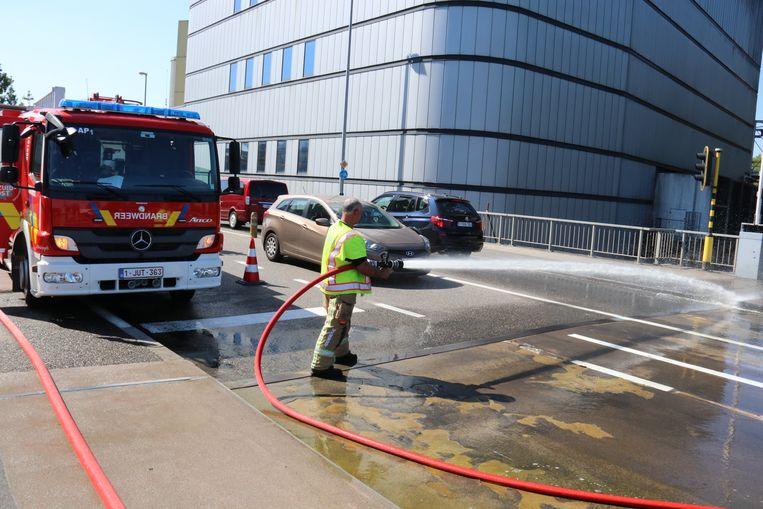 De brandweer koelt het metaal af met water uit de Dender.