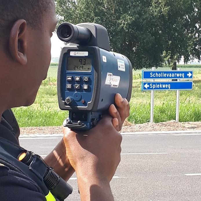 Politie controleert met een lasergun in Zeewolde.