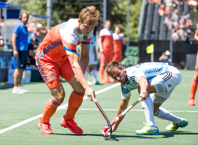 Floris Wortelboer (Ned) in duel met Matias Paredes (Arg).