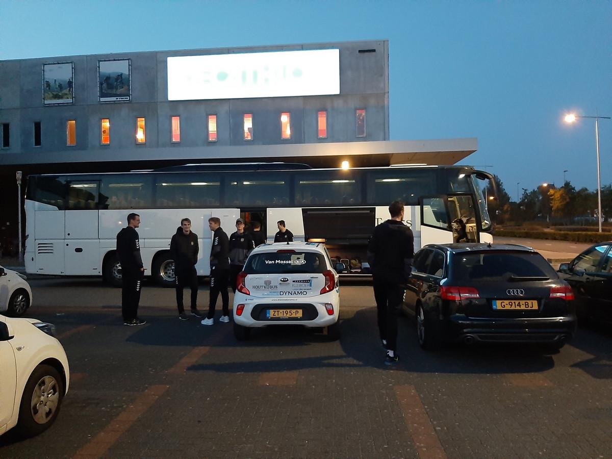 De volleyballers van Dynamo verzamelden dinsdagmorgen bij het Omnisportcentrum in Apeldoorn voor de lange reis naar Polen.
