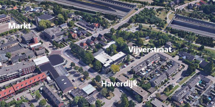 Prinsenbeek, met links van het midden het kruispunt Valdijk, Haverdijk en de doorgang naar de Markt. In de oksel van dat kruispunt linksonder het donkere dak van de voormalige Boerenbond. Dat pand wordt gesloopt en maakt plaats voor veertig appartementen.