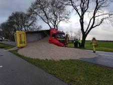 Zwaargewonde bij frontale botsing tussen vrachtwagen en auto op Zomerdijk in Meppel