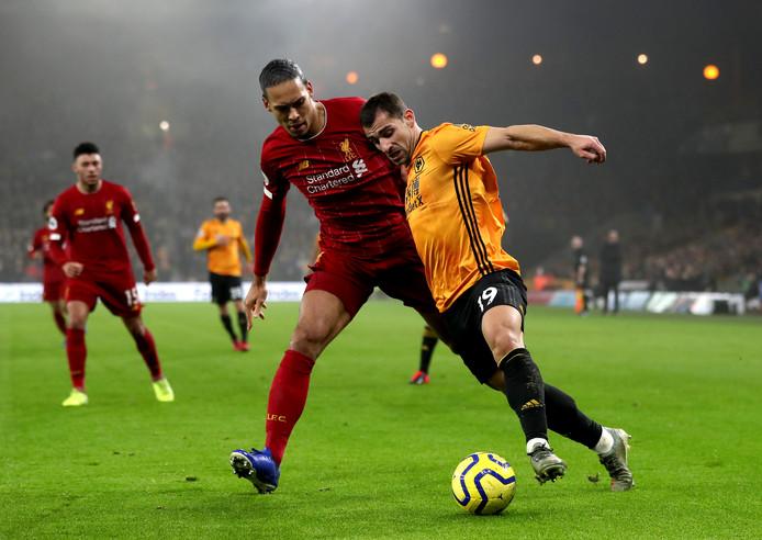 Virgil van Dijk in duel met Jonny.