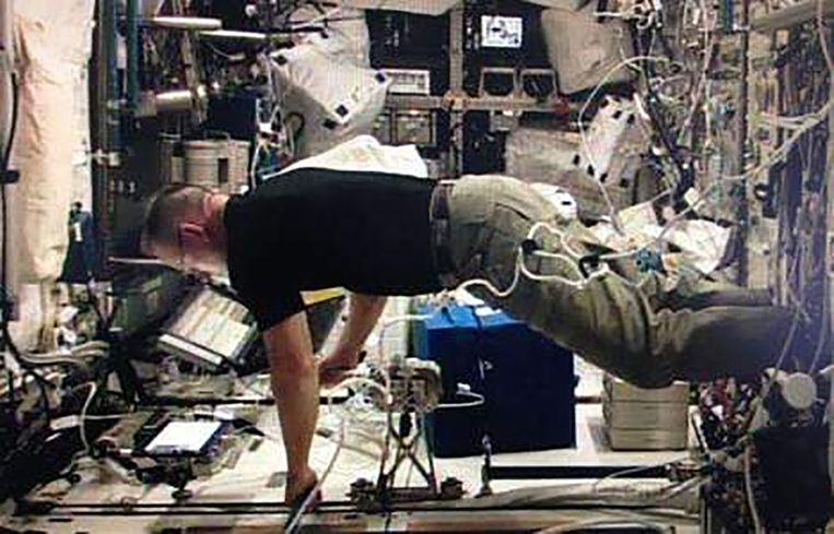 NASA-astronaut Barry Wilmore gebruikt de joystick in het ruimtestation.