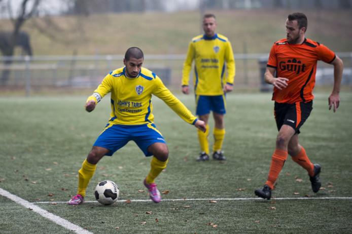 Aanvaller Rifat Bugdayci (l) keert na twee jaar Veluwezoom en één seizoen MASV terug naar Elsweide.