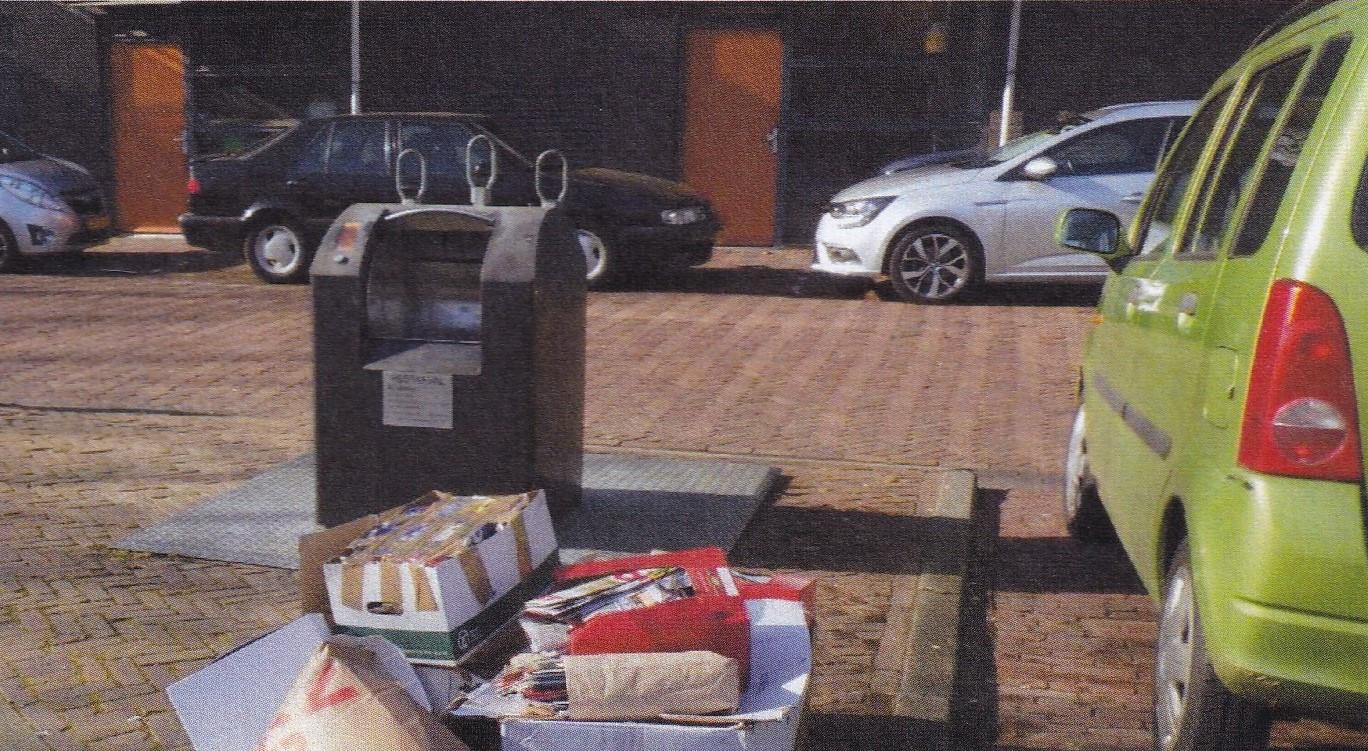 Zo troffen BOA's van de gemeente Deventer oud papier aan bij de afvalcontainer aan de Rijstenborgherstraat. Alleen de doos met de groene band en het plakband is va de bewoner die een boete kreeg.